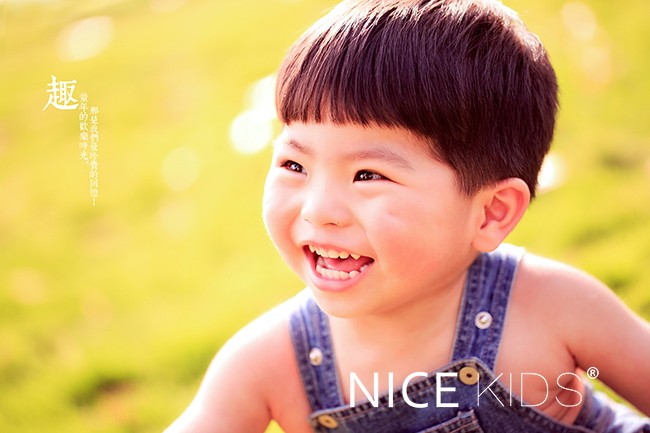 天真的童趣画面,孩子可爱的笑脸那是最真实的,毫无遮掩.